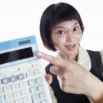 割引金額を確認する女性