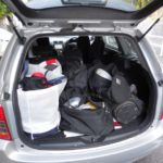 トランクに荷物が詰まったクルマ