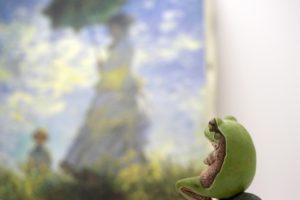 絵画を見るカエル