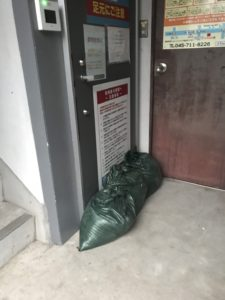 出入口扉に土嚢