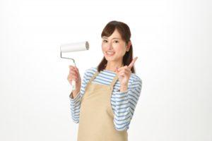 コロコロ(粘着式クリーナー)を持つ女性