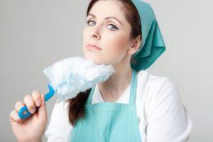 ハンディワイパーで掃除しようとする女性