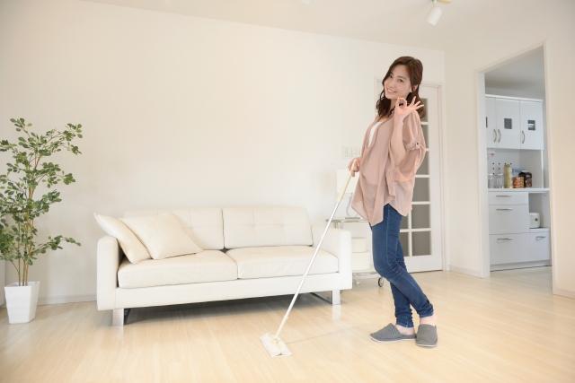 フローリングワイパーで掃除する女性