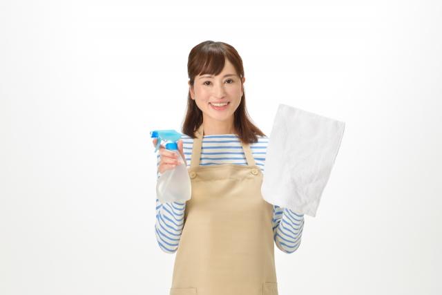 雑巾をもつ女性