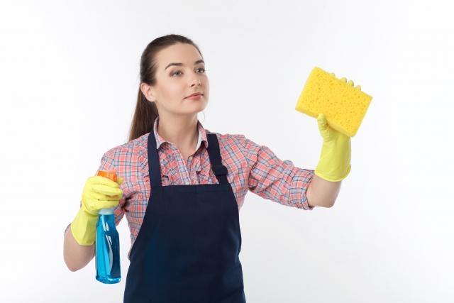 スポンジでお掃除する女性