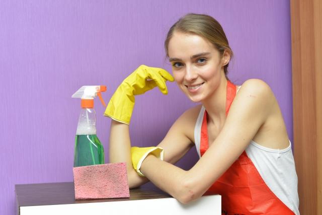 洗剤と一緒に微笑む女性